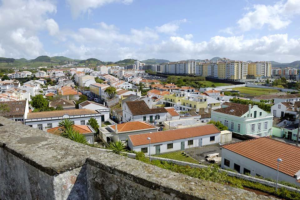 Ponta Delgada, la capitale économique des Açores, est installée au sud de l'île de Sao Miguel.