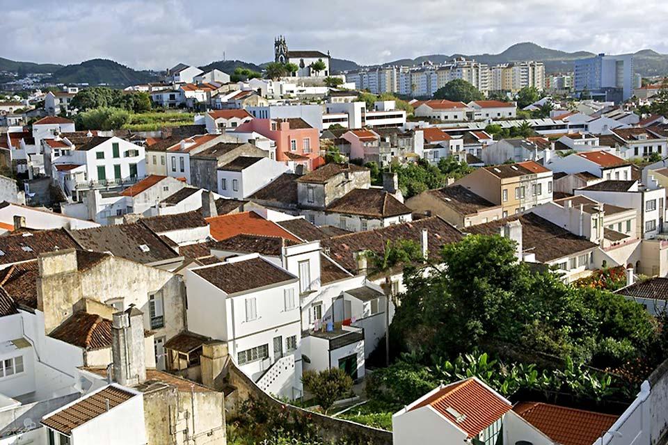 La ville de Ponta Delgada se situe sur une zone volcanique, à proximité du cône Pico. Chaque été, vous pouvez assister à de nombreux festivals nocturnes.
