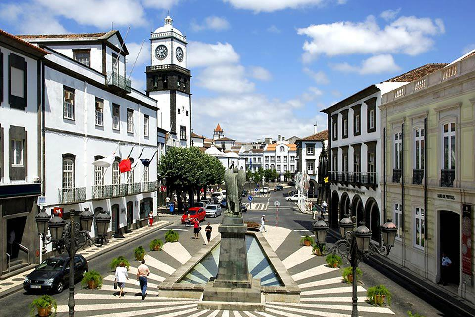 Ponta Delgada, sur l'île de São Miguel, est la plus grande ville de l'archipel et le siège de la présidence de la région. Son bord de mer animé permet de relaxantes promenades.