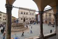 La fachada lateral de la catedral de San Lorenzo da a esta magnífica plaza.