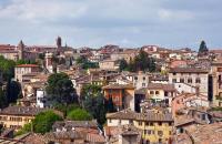Situada en un collado en el corazón de Italia, Perugia tiene su centro en la plaza del 4 de Noviembre, donde también están ubicados los principales monumentos de la ciudad. En su centro se alza la Fuente Mayor, construida en el siglo XIII según los planos de San Bevignate, y está adornada con bajorrelieves de Giovanni y Nicola Pisano. En la plaza se puede ver la catedral de San Lorenzo, dentro de la ...
