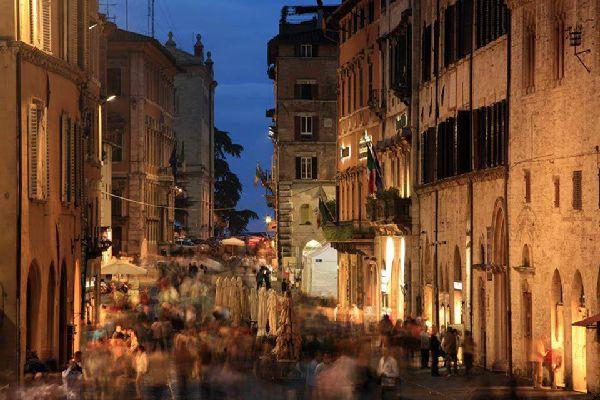 Corso Vannucci ist die Hauptstraße von Perugia. Diese Fußgängerzone eignet sich ideal für einen Stadtspaziergang.