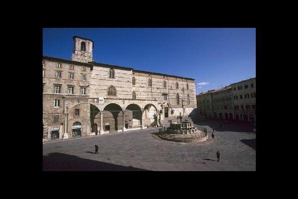 Piazza IV November, in der Mitte die Fontana Maggiore und im Hintergrund die Kathedrale.