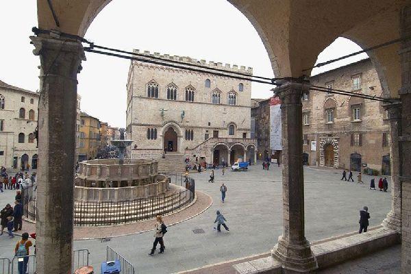 Die Seitenfassade der Kathedrale San Lorenzo zeigt auf diesen schönen Platz.