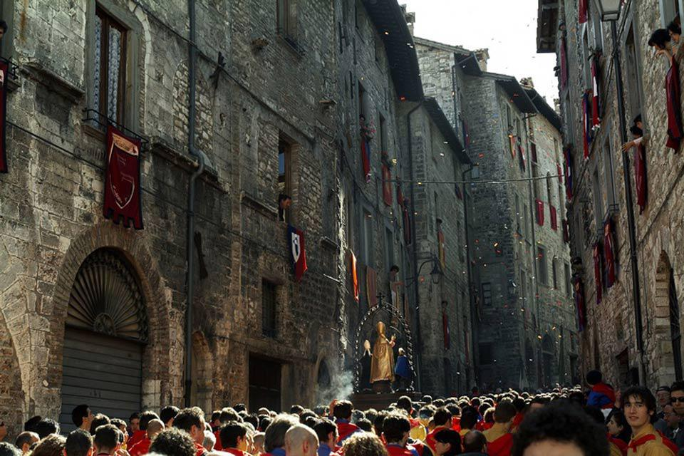 The Festa dei Ceri takes place in Gubbio on 15th May: traditionally this is a celebration that honours Saint Ubaldo Baldassini, the bishop and patron of the city.