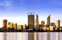 Ville dynamique et agréable à vivre, Perth possède cette étrange particularité d'être sans doute la capitale (d'Etat) la plus isolée au monde. Elle est bordée au sud par le port de Fremantle, dont on a beaucoup parlé lors de l'America's Cup. Visitez le zoo, naviguez sur la Swan River, prenez un verre dans le quartier de South Terrace et Subiaco. Partez en ferry sur l'île de Rottnest pour y passer une ...