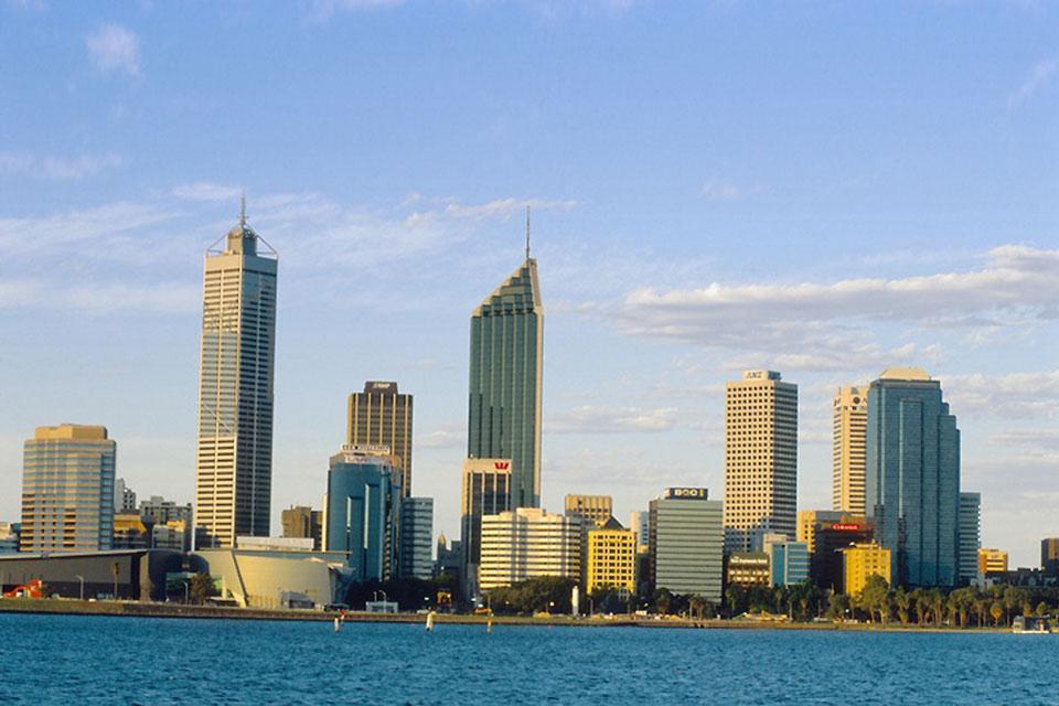 La città si trova a sud-ovest della costa occidentale australiana.