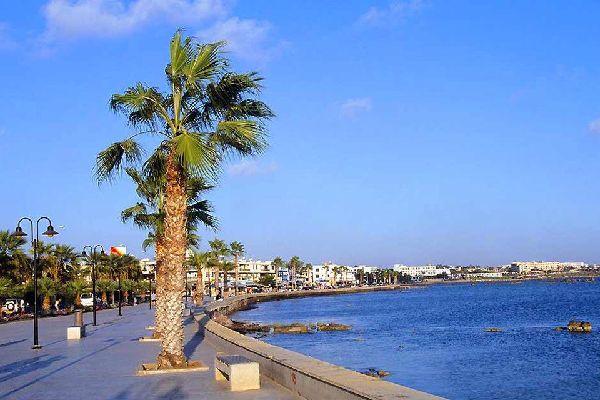 Sur la côte sud-ouest de Chypre, Pafos (ou Paphos) est une station balnéaire florissante. Sa taille (52 000 habitants) plus modeste que Larnaca ou Limassol, le port de pêche, l'allure pas trop bétonnée du centre ville et de la zone hôtelière séduisent. Le superbe site antique de Kato Pafos est immanquable. Mais l'atout numéro un de Pafos est sa situation au cœur d'une région encore authentique. ...