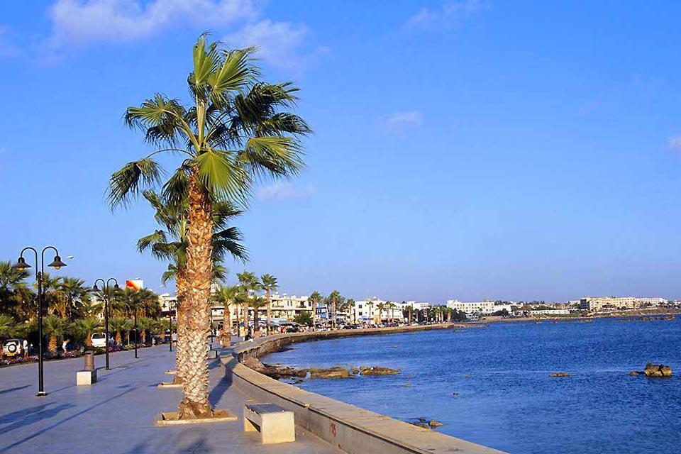 En la costa oeste de Chipre, Pafos es una estación balnearia floreciente que no se escapa de la atmósfera artificial de los grandes centros turísticos de la isla. Aún así, seduce por su tamaño (52.000 habitantes), más modesto que Larnaca o Limassol, por su puerto de pesquero y por el aspecto poco hormigonado del centro de la ciudad y de la zona hotelera. Pero la principal ventaja de Pafos es su situación ...