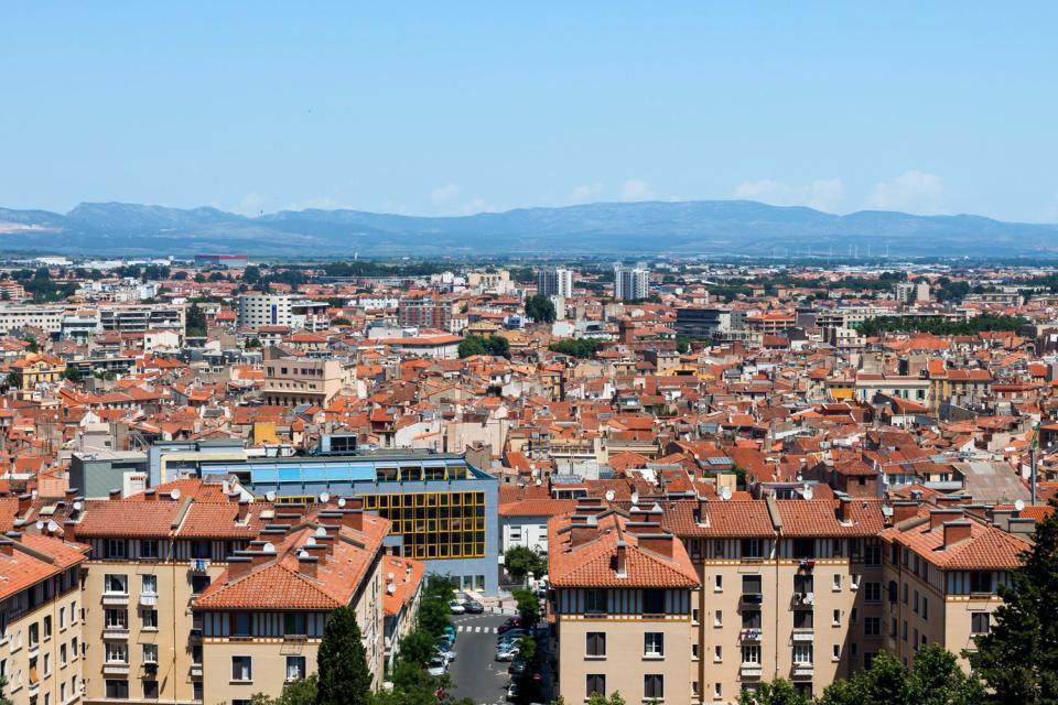 Chef-lieu du département des Pyrénées-Orientales, Perpignan se situe à 40km de la frontière espagnole. Au fil des années, la ville est devenue un point de rencontre entre la culture française et la culture catalane, d'abord en raison de la proximité géographique, ensuite parce qu'elle a appartenu à l'Espagne jusqu'en 1659, quand, grâce au traité des Pyrénées, l'Etat français parvint à se l'approprier. La ...