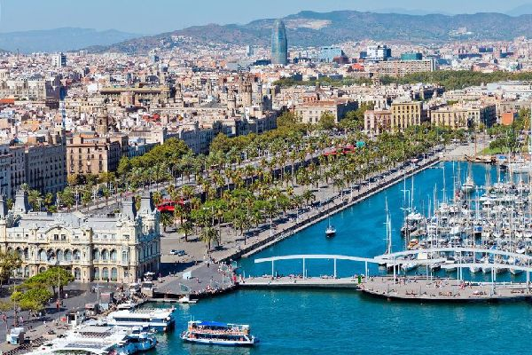 Il Port Vell, o vecchio porto, è accessibile dalla Rambla. Separa il quartiere della Barceloneta e il quartiere gotico.