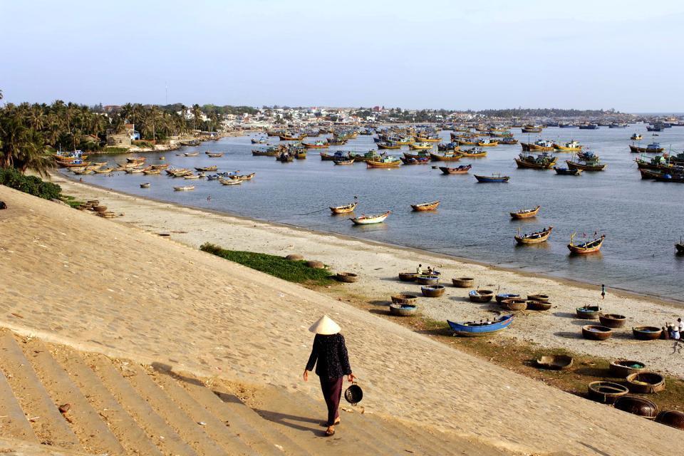 Phan Thiet, antiguo puerto del reino de Champa, conserva una gran tradición comercial. Mientras que las idas y venidas de los pescadores animan la vida de una parte de la población, los turistas se relajan en la playa de arena blanca, encaramándose sobre estas dunas que parecen salir de la nada. ...