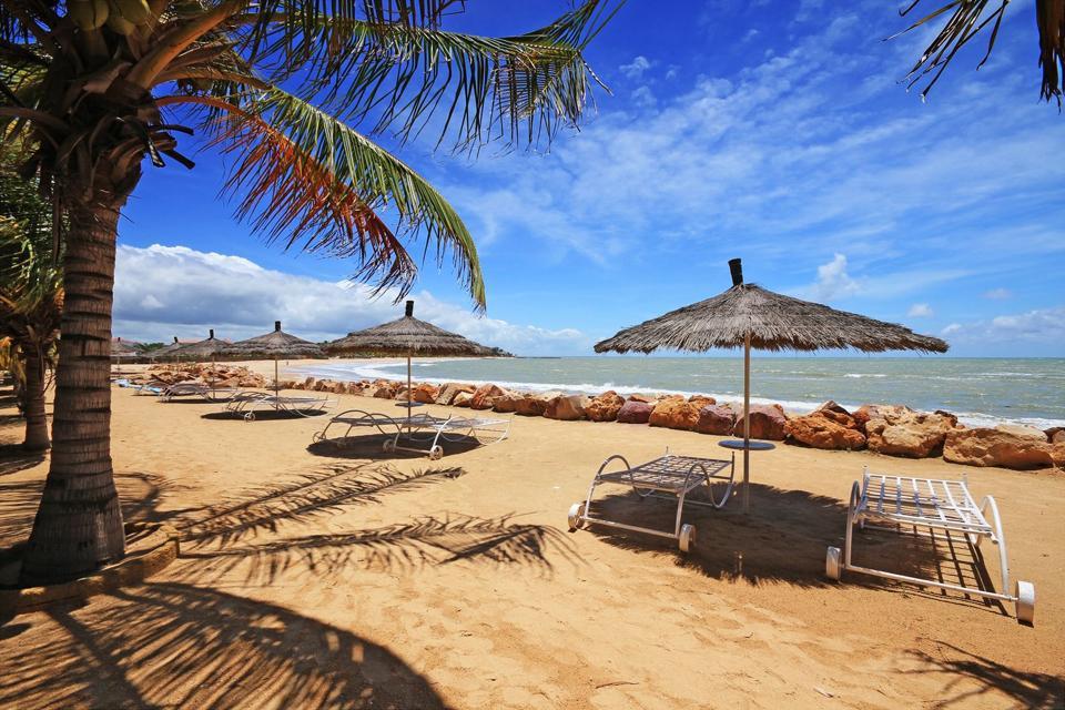 Situada al sur de Dakar, la Petite Côte constituye la zona de veraneo más grande de África occidental. Saly, a 80km de la capital senegalesa, es su centro turístico. Desde el aeropuerto de Dakar (Yoff), los transportes de enlace tardan más o menos una hora y media en llegar allí. La estación balnearia de Saly se extiende sobre 4km de playa de arena dorada. El pueblo indígena de Saly Portudal ...