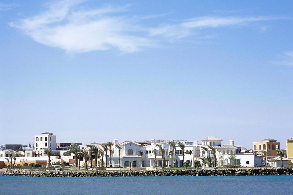 El Gouna est une station balnéaire de 14 km² créée de toute pièce en 2000 par l'une des plus grosses fortunes égyptiennes, Onsi Sawiris, propriétaire du groupe Orascom. Bâtie au bord du golfe de Suez, baignée par les eaux limpides de la mer Rouge le long de 10 km de front de mer, elle doit son nom aux lagunes («gouna» en égyptien) creusées artificiellement dans son sol, longs bras de mer ...