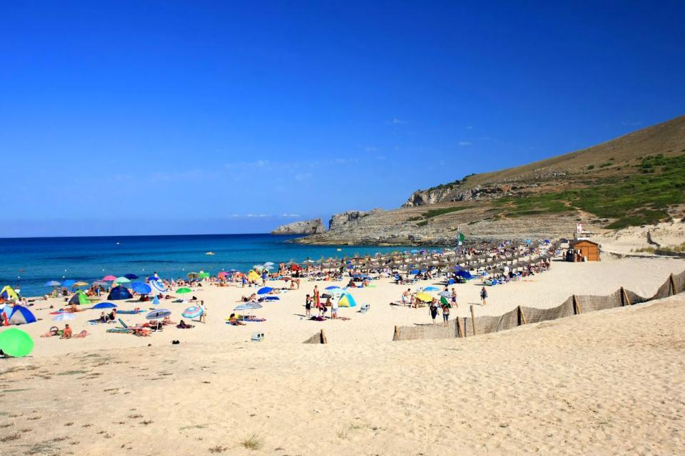 Entre Colonia Sant Jordi et Cala Mesquida se succèdent une multitude de calas (calanques) isolées, parfois difficile d'accès. Cala Mesquida se trouve à quelques kilomètres de la station balnéaire très fréquentée de Cala Ratjada, dans une réserve naturelle classée bordée par des dunes et la plage....