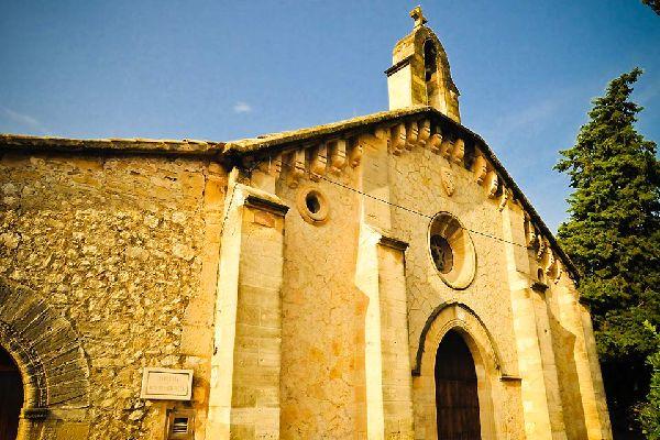 En el pueblo se pueden encontrar varias capillas e iglesias.