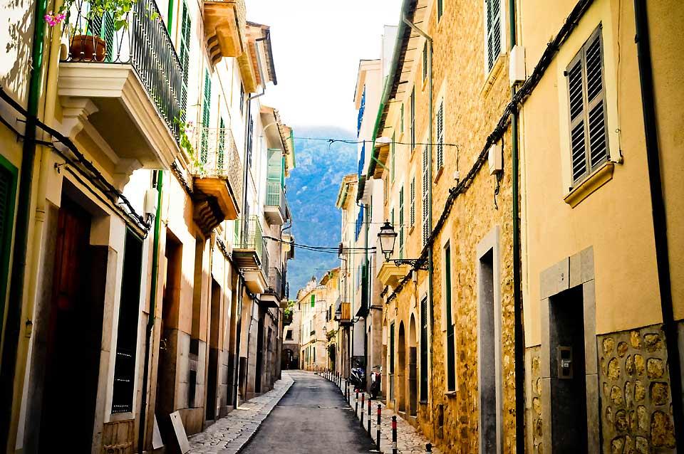 Des ruelles étroites caractérisent la structure de cette ville majorquine.