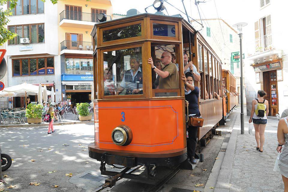Im Volksmund Orangenexpress genannt, gehört die Straßenbahn in Soller zum Inventar.