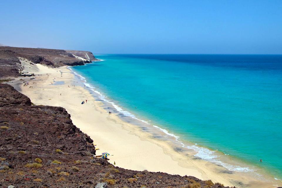 Les plages les plus agréables et impressionnantes de Fuerteventura se trouvent sur la péninsule de Jandia, à l'extrême sud de l'île. Avec ses longues bandes de sable, entrecoupées de falaises, Costa Calma voit aujourd'hui fleurir de plus en plus de constructions modernes. ...