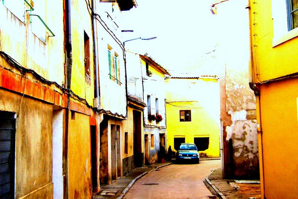 La commune de Potes, capitale et centre de l'exceptionnelle région de Liébana, est un paisible carrefour de chemins pour établir son campement de base et explorer la région. Située au confluent de quatre vallées et deux fleuves, le Deva et le Quiviesa (son affluent), Potes bénéficie d'un microclimat méditerranéen qui permet la culture de la vigne et d'autres fruits et légumes formant la culture culinaire ...