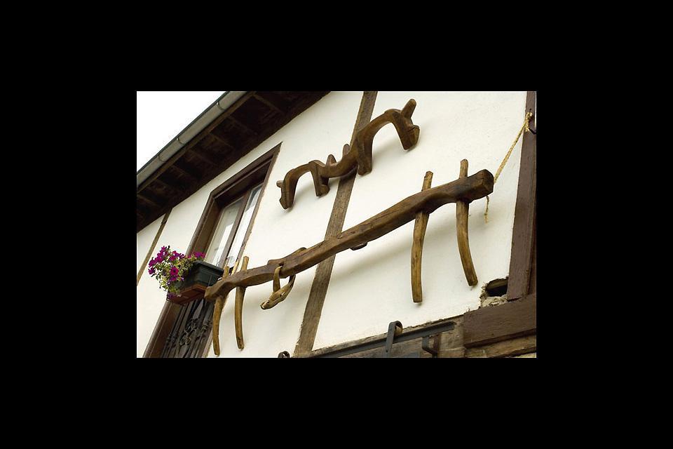El hierro y la madera son los materiales más utilizados, con los que se construyen objetos tradicionales de la vida doméstica y del trabajo rural.