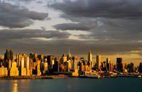 """El barrio de Midtown, entre las calles 30 y la 59, agrupa la mayoría de los monumentos y atracciones que han hecho de Nueva York un auténtico mito para todo el mundo. Con su impresionante jungla de edificios que emergen del suelo, el paisaje de Midtown ofrece un contraste sorprendente con los edificios más """"modestos"""" de los barrios de Gramercy y de Chelsea. La actividad es frenética, sobre todo de ..."""