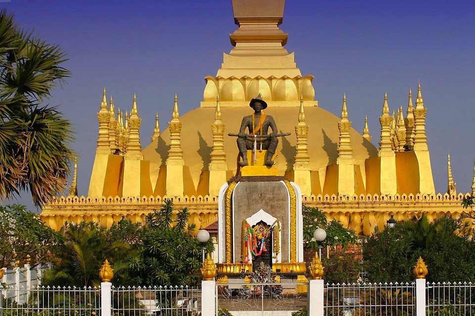 Pakxé ist die Hauptstadt des früheren Königreichs Champassak im Süden von Laos. Hier können Sie sich an den schönen Kollonialfassaden, wie z.B. jener der Chinesischen Gemeinschaft, eines lebhaften Marktes voller Webstoffe aus Seide und Baumwolle, erfreuen. Zwischen dem 10. und 13. Jahrhundert gehörte diese Region eigentlich zum Kaiserreich Angkor. Die prä-angkorianischen Ruinen des Khmer-Gebiets Vat ...