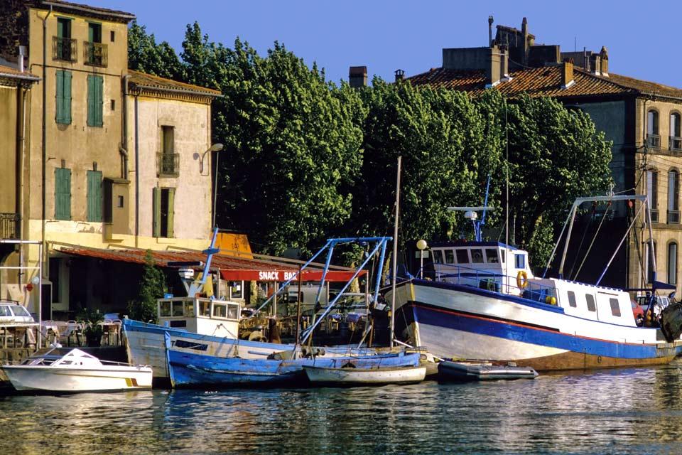 Le Cap d'Agde s'affiche peut-être comme l'une des destinations françaises parmi les plus ouvertes d'esprit. On cite souvent Amsterdam comme exutoire européen, mais la station balnéaire de l'Hérault a également gagné ses galons en matière de permissivité. Pourtant, les débuts historiques de la ville ne lui garantissaient pas un tel succès touristique. Initialement marécageuse, la région comptait quelques ...