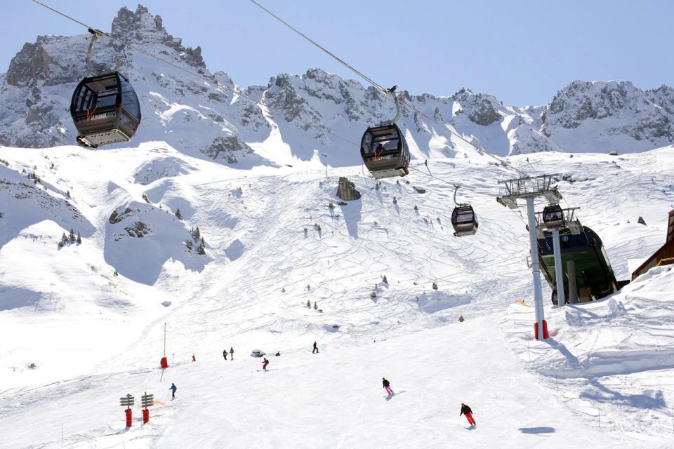 """Nichée en lisière de forêts à 1500 mètres d'altitude, Valmorel, surnommée """" La belle """" est une station village aux charmes typiques au cœur du massif de la Tarentaise, en Savoie. Le domaine skiable de Valmorel s'élève de 1300 à 2550m d'altitude.  La station fait partie de la commune des Avanchers-Valmorel et accueille une clientèle diverse. L'ambiance est authentique et chaleureuse ..."""