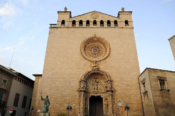 Since the Middle Ages, a whole host of architectural styles has left its mark on the cathedral.