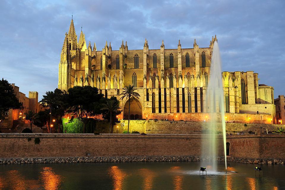 La cathédrale de Palma est le symbole de Majorque. Chef d'oeuvre du gothique, cette impressionnant et massif édifice est magnifique, notamment le soir avec ses illuminations.