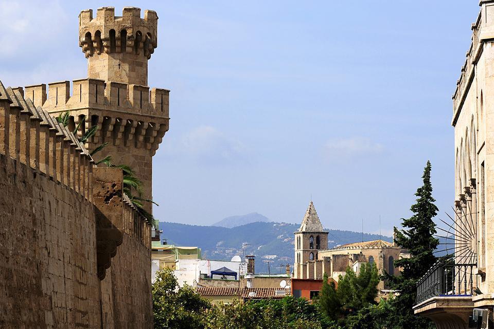 Murailles, portes majestueuses, ruelles, églises, cathédrale, forteresse, la vieille ville de Palma est un trésor culturel.