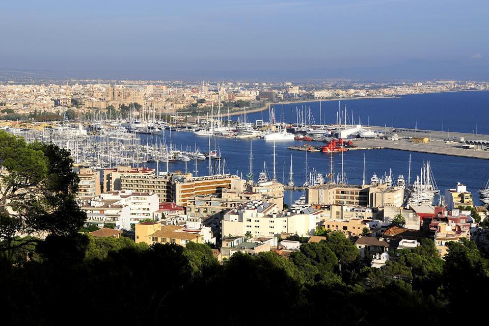 Vue plongeante depuis la forteresse du Bellver sur les hauteurs de Palma de Majorque.