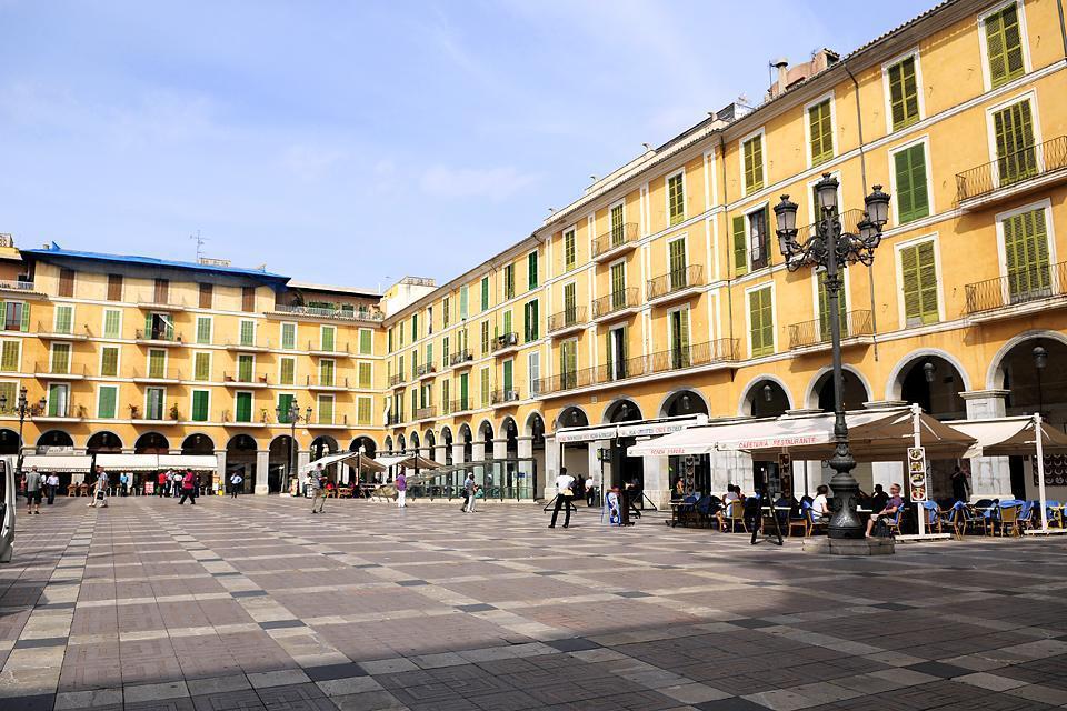 La place principale fait pensée à la plaza Major de Madrid avec ses arcades bordées de bars, boutiques et restaurants.