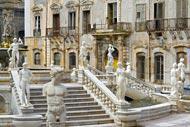 In der Mitte des Platzes kann man den berühmten Brunnen, ein Werk von Camillo Camilliani aus dem Jahre 1554, bewundern.