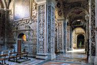 Die Bauarbeiten begannen im 12. Jahrhundert, jedoch wurden die Innenbereiche von den Restaurierungsarbeiten im 18. Jahrhundert stark beeinflusst.