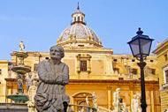 Die Kirche Santa Caterina wurde zwischen dem 16. und dem 19. Jahrhundert errichtet und blickt auf die Piazza Pretoria.