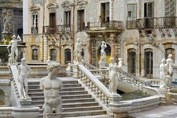 In the middle of the square, you can see the famous fountain created by Camillo Camilliani in 1554.