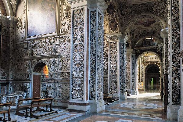Its construction began in the 12th century but renovations dating from the 18th century can also be made out in its interior.