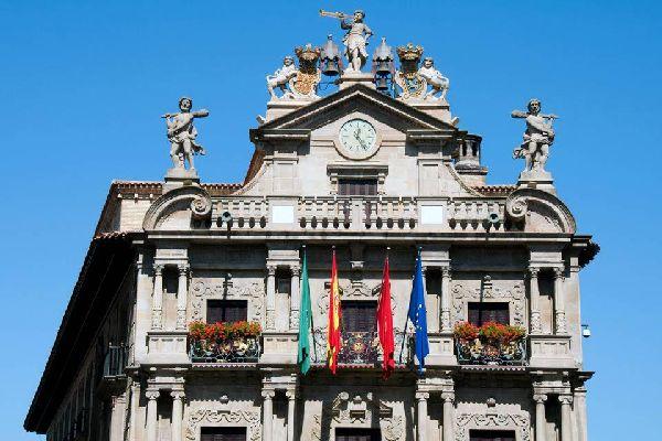 La capitale della Navarra riunisce i vantaggi di una grande città con quelli caratteristici della Comunità Autonoma, in quanto è una città ideale per passeggiare, riposare e gustare la buona cucina. Stupisce la sua abbondanza di parchi, infatti si tratta di una delle principali città spagnole per la quantità di aree verdi. Tra i suoi parchi: quello di Vuelta del Castillo (circonda la cittadella), quello ...