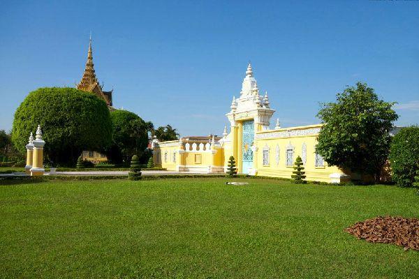 Situé au sud du pays, Phnom Penh, la capitale, porte encore les stigmates de plusieurs décennies de conflits armés, mais son charme est réel. Tout le quartier qui jouxte le Palais royal, en bordure du Mékong, est particulièrement agréable et fait l'objet de gros efforts de rénovation. Certains monument du Palais royal sont fermés au public. La pagode d'argent, nommée ainsi à cause de son sol couvert ...