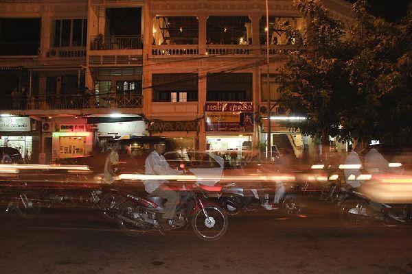 La circulation est très dense à Phnom Penh ce qui fait du scooter le premier moyen de transport .