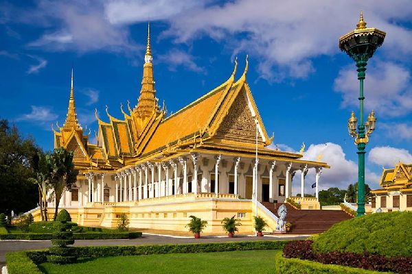 The Royal Palace in Phnom Penh is called Preah Barom Reachea Vaeng Chaktomuk in Khmer. It was built in 1886.