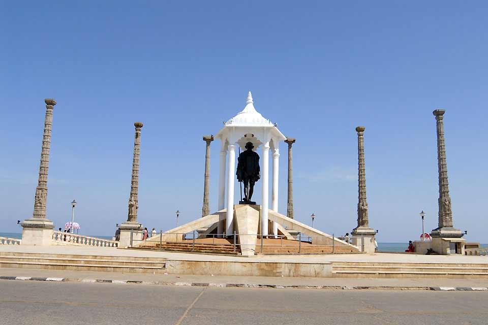 Der einstige Kolonialgeist der Franzosen ist im Hafen von Puducherry immer noch präsent. Einige französische Straßennamen sind in der kosmopolitischen Stadt, die von Kreolen, Puducherryanern französischen Ursprungs und Franzosen entfernter Abstammung aus der ?Weißen Stadt? bewohnt wird, immer noch gebräuchlich. Die alte Handelsbasis Ostindiens ist von einem kreisförmigen Boulevard umringt und mit Straßen ...