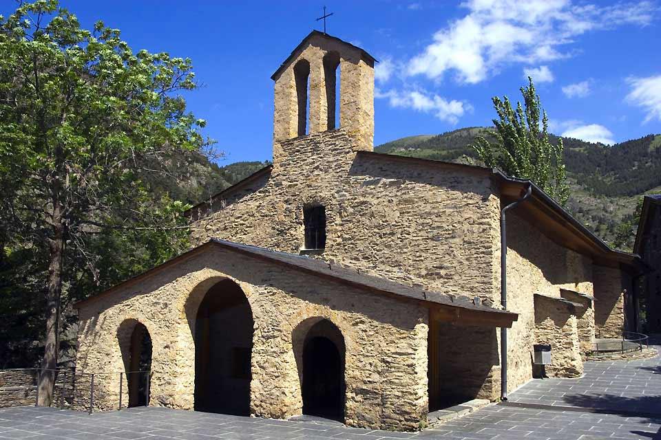 Meritxell est un petit hameau de montagne situé sur les hauteurs d'Escaldes de Engordy. C'est ici que se situe le fameux sanctuaire de Meritxell construit par Bofill en 1972 suite au terrible incendie qui le détruisit. Aujourd'hui, il s'agit d'un lieu de pèlerinage très populaire en Andorre. Les visiteurs viennent y admirer la statue romane de la Vierge de Meritxell. En réalité, il s'agit d'une copie ...