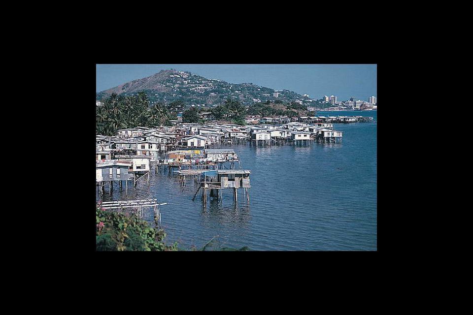 Port Moresby est, de par sa situation sur la mer de Corail, une destination touristique très prisée. La ville offre des monuments anciens et des quartiers plus récents.