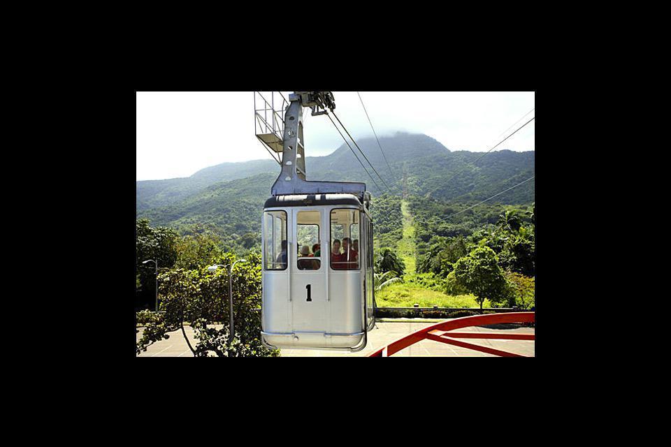 Pour admirer la baie et la ville dans son ensemble, prenez le téléphérique qui monte au sommet du Monte Isabel de Torres, et admirez la statue du Christ Rédempteur.