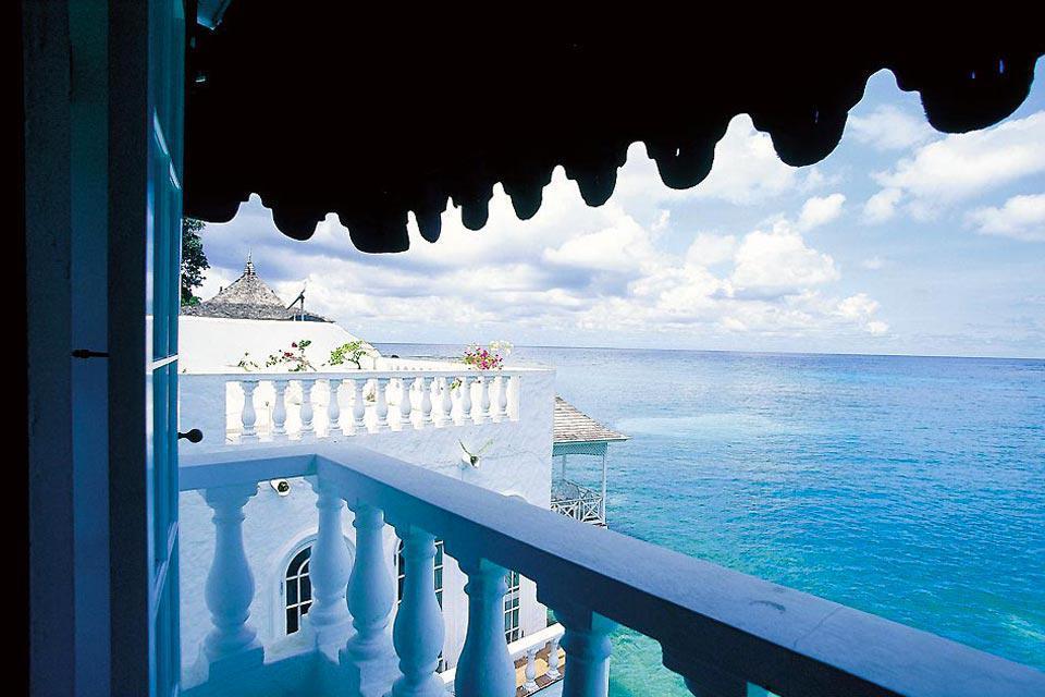 Port Antonio est une ville historique, qui a subi la colonisation espagnole et qui de fait possè-de une architecture typique. De Port-Antonio à Long Bay, vous pourrez découvrir les merveilles de la Jamaïque, une Jamaïque sauvage, vivante et ensorceleuse !!!   Nous n'avons visité qu'un hôtel dans cette région, mais il est vraiment bien placé et très agréable. Ses propriétaires français sont très gentils, ...