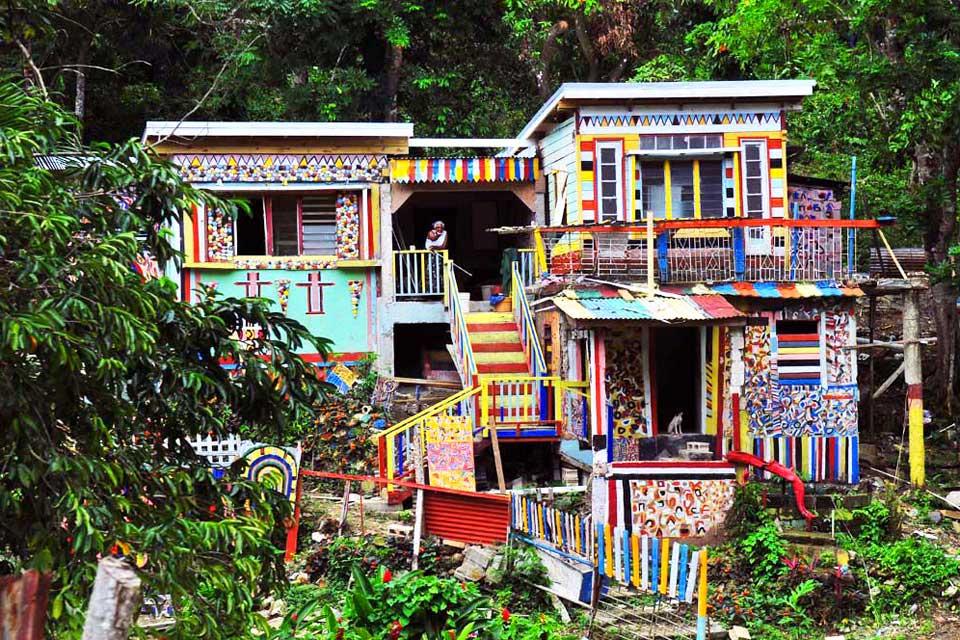 La ville attire de nombreux touristes, curieux de découvrir ces incroyables maisons multicolores.