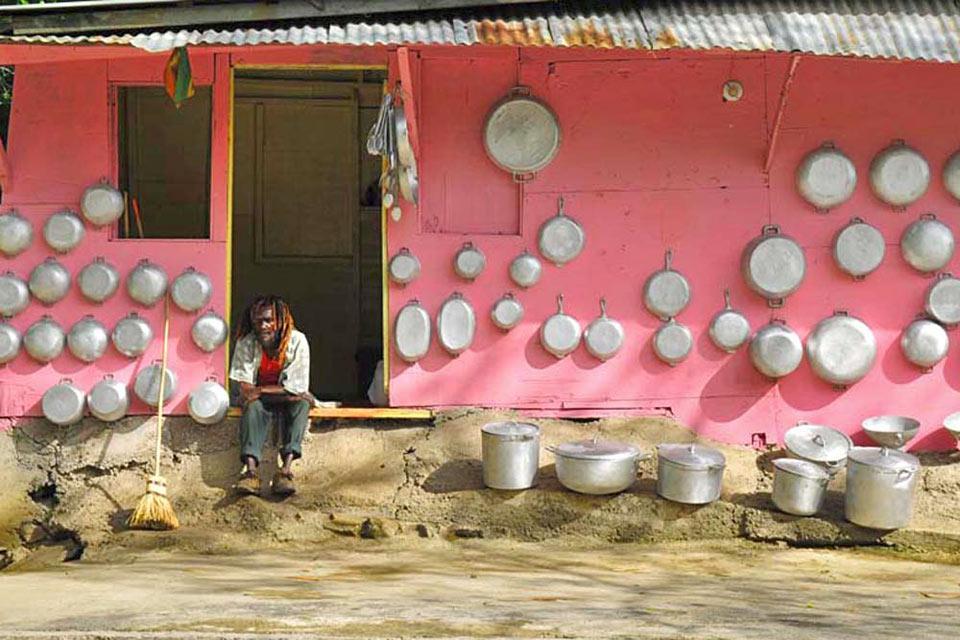 À Port Antonio, la vie est simple, la vaisselle est souvent lavée à la main.